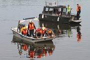Tým záchranářů pátral v pátek po muži, který skočil do Vltavy.