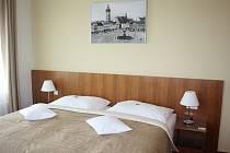 Pokoj kategorie Superior v 16. patře českobudějovického Clarion Congress Hotelu. Nad postelí, v níž bude pan prezident nocovat, visí historický obraz budějovického náměstí.