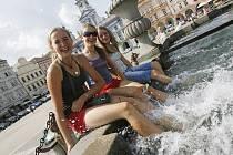 Za parných dní se návštěvník českobudějovického infocentra může osvěžit v kašně.