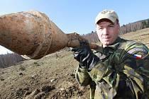 Vojenští a policejní pyrotechnici zlikvidovali včera v Boleticích asi 100 kusů nevybuchlé  munice. Byly mezi ná letecké pumy, granáty, miny, ale například i pancéřové pěsti.