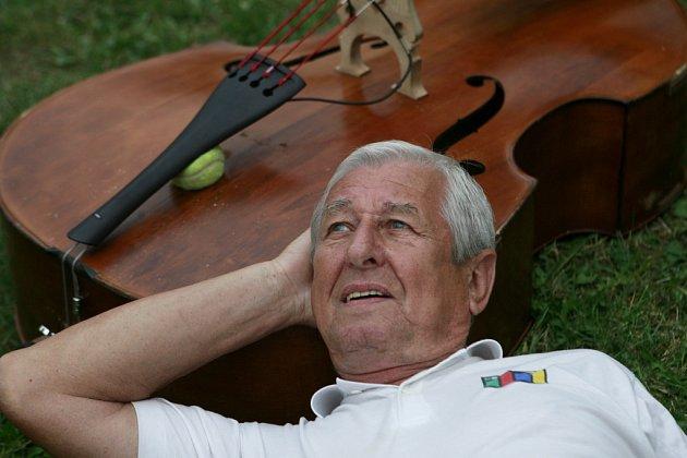 Dušan Vančura, legenda ze Spirituál kvintetu, vyrůstal vDačicích. Teď žije srodinou na Třeboňsku a vede 40dětí ve sboru Sejkorky vChlumu uTřeboně.