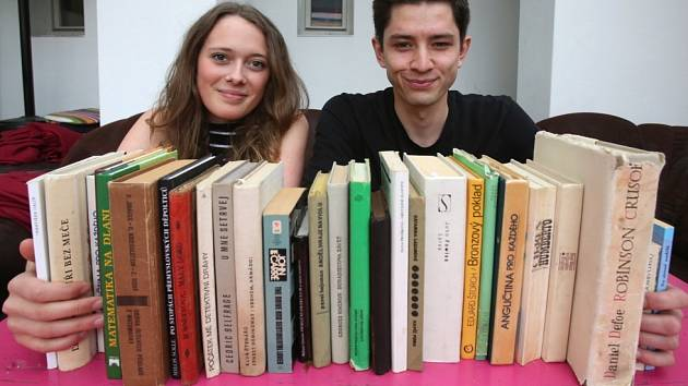 V Českých Budějovicích začne 20. dubna festival Literatura žije, potrvá do 22. dubna. Ve veřejné sbírce se sešlo 3000 knih. Na snímku je přebírají pracovníci literární kavárny Měsíc ve dne Jan Hajšman a Karolina Lhotská.