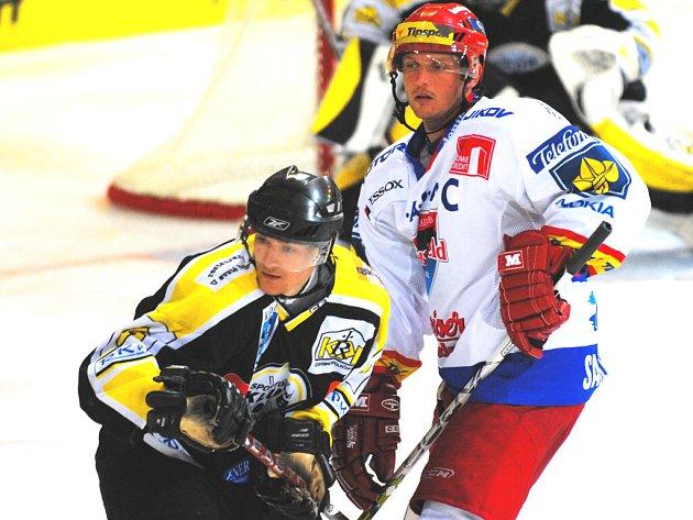 Petr Sailer (na snímku vpravo v přípravném utkání s Kadaní) povede hokejisty HC Mountfield  s kapitánským céčkem do sezony, ve kterých chtějí postoupit do finále extraligy.