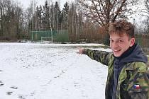"""""""Tady dával první góly Zdeněk Ondrášek – Kobra,"""" ukazuje Pavel Fiřt hřiště v Kadově."""