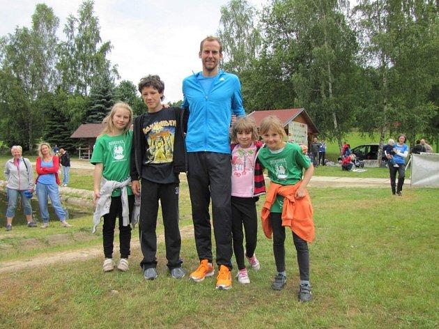 VYTRVALEC. Červen trávil odchovanec čtyřdvorské atletiky v jižních Čechách. Stýkal se s přáteli i závodil. Rodinnou atmosféru si Jan Kreisinger (uprostřed) užíval i při běhu na Kohout.