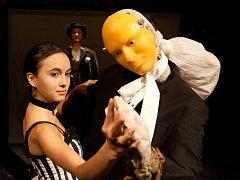Němý horor Frankenstein premiérovalo o víkendu Malé divadlo. Jde o inscenaci s klavírním doprovodem, operním zpěvem, baletkou a loutkou v životní velikosti.