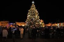 Čtenáři si zvolili jako nejkrásnější vánoční strom jedli, která zdobí českobudějovické náměstí.