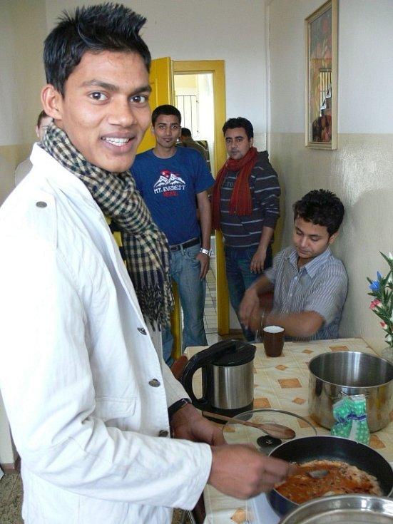 České jídlo Nepálcům nechutná, je pro ně příliš těžké a navíc chybí správné koření. Na koleji si vaří sami podle svého gusta.