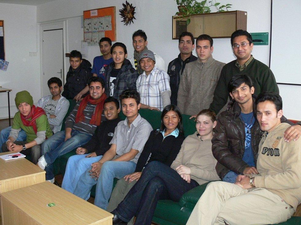 MILÍ A USMĚVAVÍ. Nepálští studenti jsou velmi přátelští a sdílní. Proto si nenechali ujít příležitost k společnému snímku. Třetí sedící zprava je zdejší průvodkyně studentů Martina Hubená.