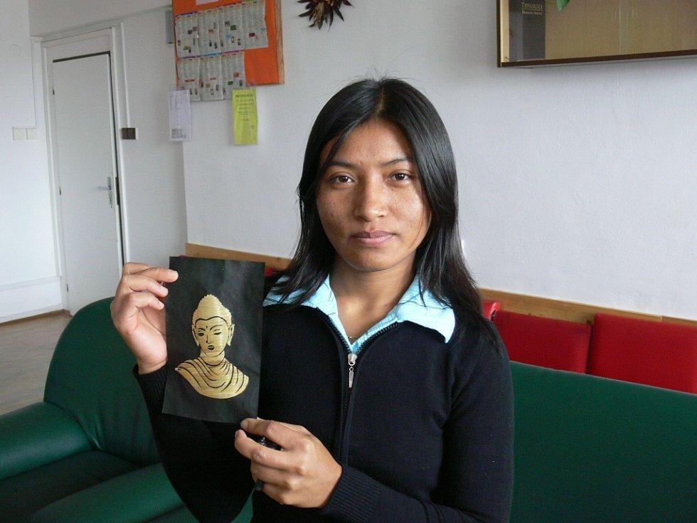 Sabina Tandukar ve volných chvílích tvoří obrázky nalepováním slaměných proužků na papír. Jako předlohu vybírá nejčastěji Buddhu.
