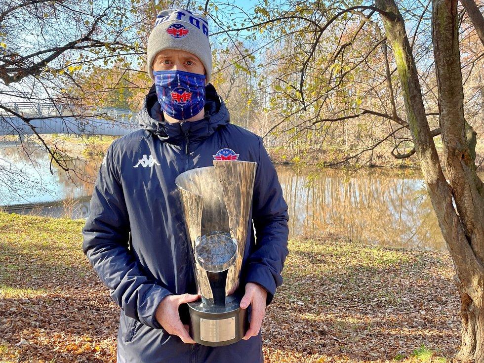 Pavel Pýcha s trofejí pro nejlepšího hráče loňského ročníku Chance ligy.