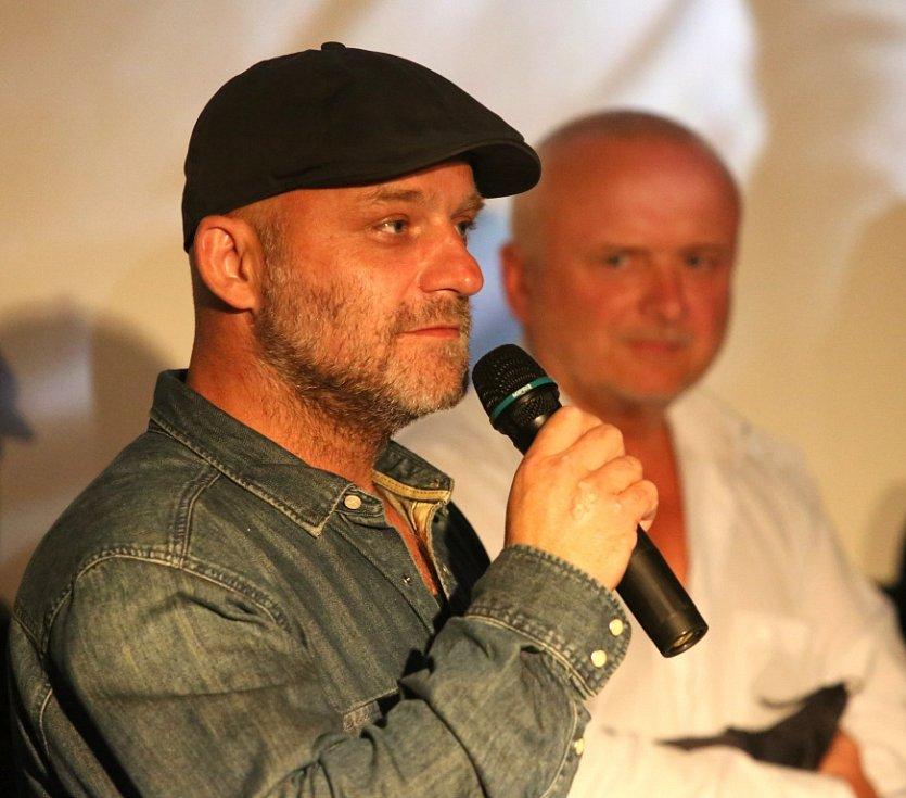 Thriller o Radovanu Krejčířovi nazvaný Gangster Ka uvedli v předpremiéře v českobudějovickém multikině jeho tvůrci. Na snímku herec Hynek Čermák, který hraje Krejčíře, v pozadí bývalý kriminalista Karel Tichý.
