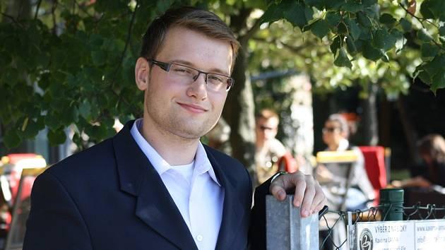 """""""Politika není nic imaginárního. Je to vše kolem nás,"""" říká student politologie a práv, Budějčák Roman Šafář. Vyzpovídali jsme ho v českobudějovické Kavárně LANNA."""