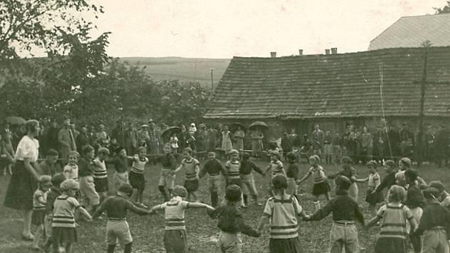 Na snímku z veřejného vystoupení sokolího hnízda v Borovanech v roce 1937 je mezi ptáčaty i autor knihy.
