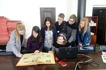Účastníci Talent Akademie fotili sami sebe v redakci Českobudějovického deníku.