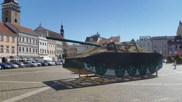 Milion chvilek pro demokracii přichystalo připomínkovou akci k 21. srpnu. Maketami tanků na náměstí Přemysla Otakara II. a na Sokolském ostrově, panelovou výstavou a performancí připomínají organizátoři srpnové události 1968.