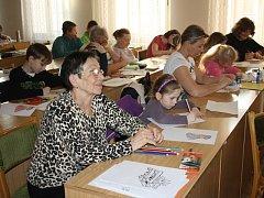 Sedmnáct dvojic navštěvuje kurzy v letošním akademickém roce. Děti jsou ve věku od šesti do dvanácti let, jejich prarodiče zhruba od šedesáti do osmdesáti let.