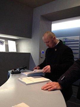 Návštěva Miloše Zemana v Milevsku, ochranka kontroluje revizní knihu výtahu
