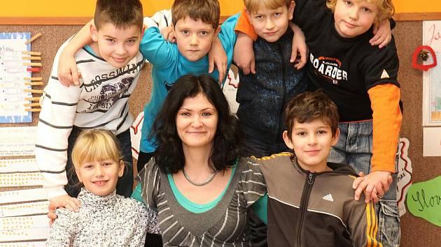 Jana Šonková s několika žáky čtvrté třídy ZŠ Borek: nahoře zleva Martin Bednář, Václav Kouba, Filip Ondřich a Lukáš Bayer, dole Hana Bártková a Robert Chrt.