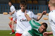 Exbudějovický Michael Mašát v sobotním zápase Písek - Vltavín (0:0) bojuje s hostujícím Sochou.