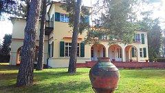 Slavná prezidentská vila v Sezimově Ústí se otevřela na 84 dní roce. V levé části sala terrena.