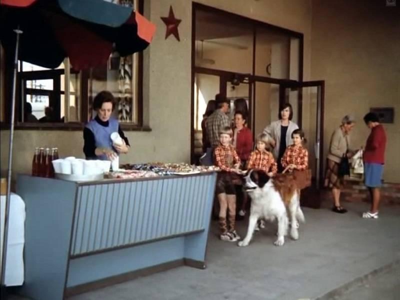 Alena Kreuzmannová, tak se jmenuje herečka, která představuje vyděšenou prodavačku s chlebíčky v Písku na nádraží. Místo se mnoho nezměnilo. Velkou rekonstrukcí (vyjma toalet) neprošlo. Stánek si filmaři přidali. Dnes opodál stojí krytý novinový stánek.