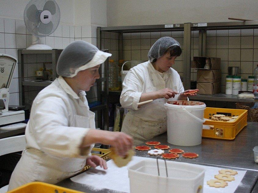 Linecké kytičky musí pracovnice firmy pečlivě ručně promazat. Ve Vltavotýnských lahůdkách se totiž vyrábějí nejen pomazánky nebo saláty. V sortimentu nechybí ani sladké zákusky či hotová jídla.