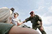Vojáci předvedli dětem svou práci.