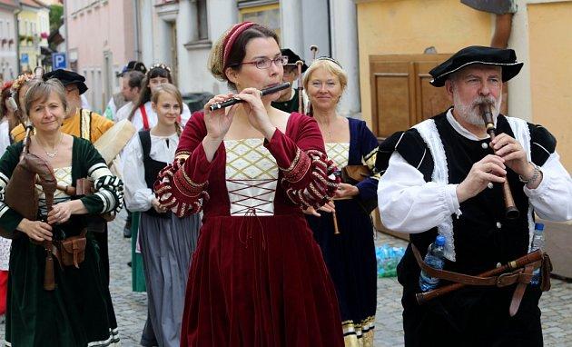 Slavnosti pětilisté růže vČeském Krumlově letos nabídnou několik novinek, například noční rytířský turnaj, vojenské ležení či akci historikotéka.