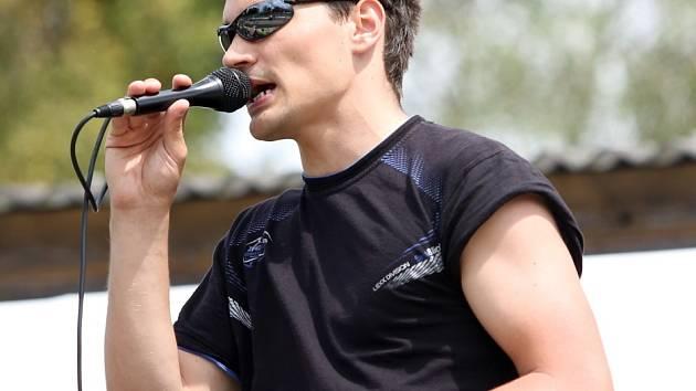 Daniel Stach komentuje i sportovní závody.