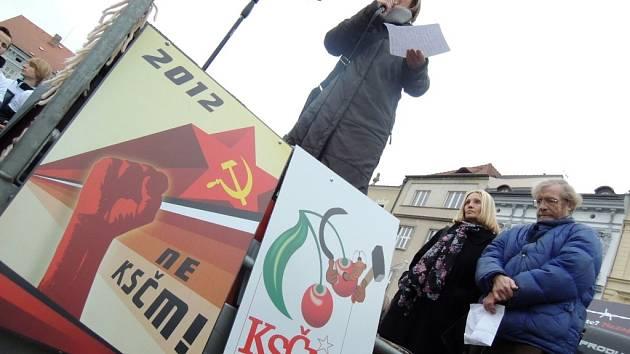 Demonstrace studentů na českobudějovickém náměstí.