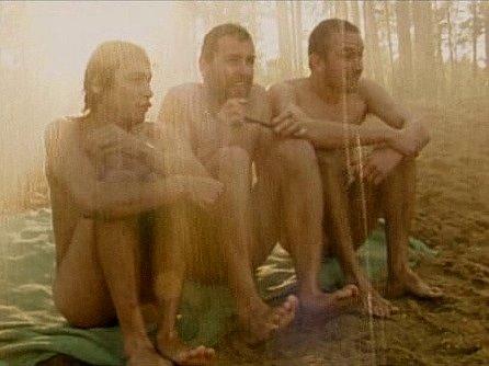 Nudisty Frantu, Pepu a Láďu hráli Pavel Liška, Josef Polášek a Marek Daniel. Déšť je umělý, vytvořili ho suchdolští hasiči.