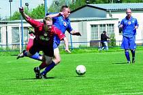 Ani před domácím publikem fotbalisté Třeboně plně nebodovali. Na snímku bojuje domácí Hejl (vlevo) s hostujícím Dykem. Třeboň remizovala ve fotbalové divizi s Vejprnicemi 1:1.