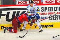 Exbudějovický Lukáš Zíb (vpravo) v zápase hokejové extraligy proti svému bývalému mužstvu v Č. Budějovicích bojuje se Štěpánem Hřebejkem. Teď ho čeká turnaj v Moskvě.