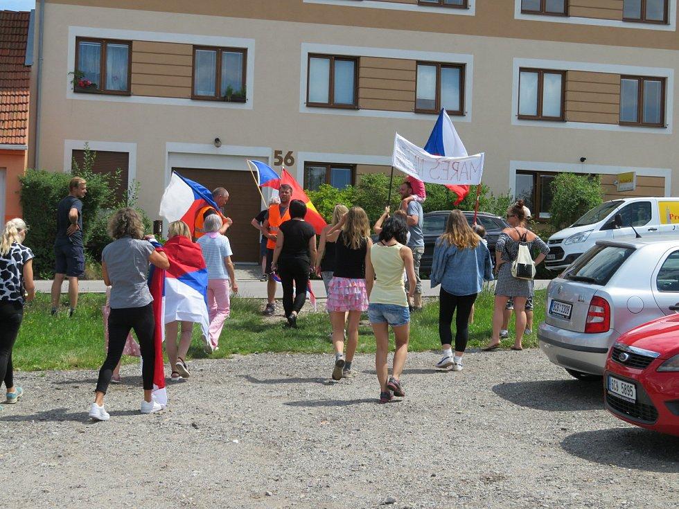 V pátek 16. července vyrazila jízda svobody z Českých Budějovic do Včelné. Potom se průvod vydal pěšky před dům Františka Mareše.