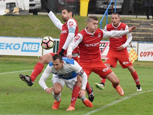 Ivan Cíferský v zápase Táborska s Pardubicemi odvrací útok hostí. V sobotu se Táborsko ve II. lize střetne v derby s Dynamem.