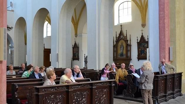 Návštěvníci dominikánského kláštera na Piaristickém náměstí v Českých Budějovicích naslouchají poutavému výkladu průvodkyně.
