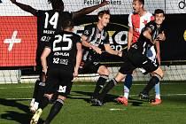 Lukáš Havel (vpravo) se spolu se svými spoluhráči raduje ze svého gólu, Dynamu v tu chvíli vedlo nad pražskou Slavií senzačně 2:0!