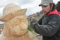 Dřevořezbář z Nové Vsi Jan Linhart vyřezává z jasanového kmene sochu vodníka, který od dubna najde nový domov na břehu Hořického potoka.