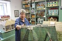 Angličanka Gil Bomber vystavuje v Bavorově domečky pro panenky.