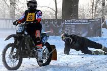 Závody v motoskijöringu přinášejí řadu dramatických momentů. Na snímku ze závodu v Nových Dvorech ztratil Aleš Krch svého lyžaře Jiřího Kvasničku.