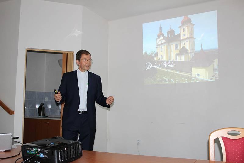 Páter George Josef Erhart z Rodiny Panny Marie při prezentaci v Horní Stropnici.