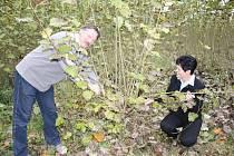 Starostka Hana Bartušková a místostarosta Karel Tůma na snímku ukazují, jak skvěle se daří stromům v jejich matečnici. Není to tak dávno, kdy byla v zanedbaném stavu, ale vedení obce se ji podařilo až nečekaně rychle dostat opět do formy.