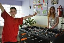 Stolní fotbálek je jednou z aktivit, kterou svým klientům nabízí nízkoprahové zařízení pro děti a mládež v Blatné.