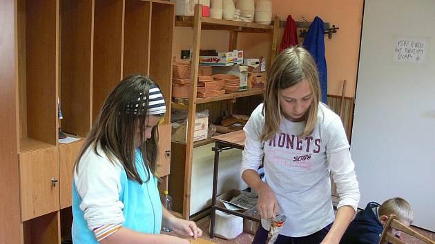 Borovanské děti se učily na kurzu výrobu ručního papíru. Na snímku (zleva) Pavlína Beránková a Bára Tomášková při výrobě vánočních přání pro rodiče