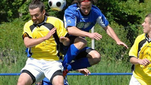 Jako první z jihočeských klubů do letošního Ondrášovka Cupu vstoupí fotbalisté Č. Krumlova a Třeboně, kteří 18. července změří síly ve vzájemném duelu (na snímku z letošní divize vpravo třeboňský Sláma bojuje s domažlickým Tesařem).