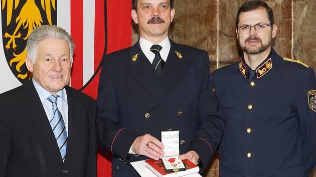 Hornorakouský hejtman Josef Pühringer (zleva), Radomír Heřman a rakouský policista Hermann Felzbacher.