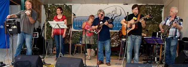 Jihočeská bluegrassová skupina Sem tam natočila po mnoha letech druhé album. Jmenuje se symbolicky Návrat. Snímek zfestivalu Máj fest.