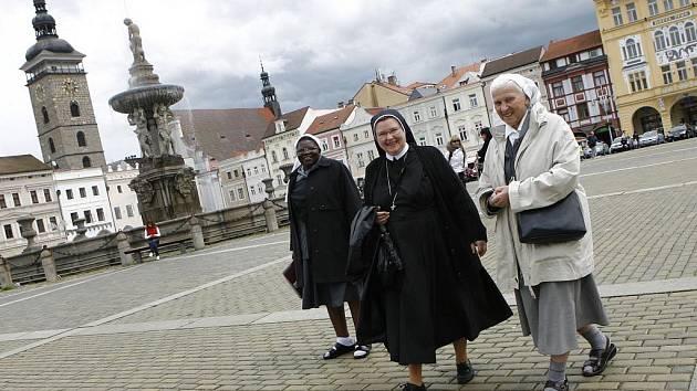 Řádové sestry Mercy (vlevo) a Thoma (vpravo) z Dětského domova v africkém městě Kwekwe navštívily jižní Čechy. Uprostřed sestra Terezie, která působí ve Štěkni.