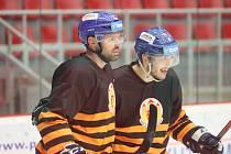 René Vydarený (vlevo s Václavem Karabáčkem) slaví se slušivých dobových dresech svůj gól do sítě pražské Sparty. Z tříbodového zisku se ale radoval soupeř.